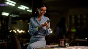 Ung asiatisk dam som pratar vid smartphonen, social n?tverksapp, kommunikation arkivbild