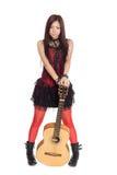 Ung asiatisk flicka med gitarren Arkivbild