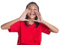 Ung asiatisk flicka som ropar V Arkivbild