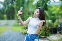 Ung asiatisk flicka som tar selfiefotoet Royaltyfria Bilder