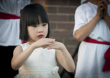 Ung asiatisk flicka som utför kinesisk traditionell dans Arkivbilder