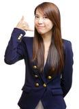 Ung asiatisk flickaframställning kallar mig gesten Arkivfoton