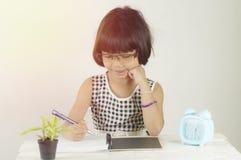 Ung asiatisk flickahandstil arkivfoto
