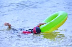 Ung asiatisk flickasimning i havet, medan se undervattens- med hennes skyddsglasögon royaltyfria foton