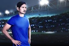 Ung asiatisk fotbollsspelare med beslutsamhet för seger Arkivfoton