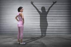 Ung asiatisk konditionkvinna med en skugga av anden fotografering för bildbyråer