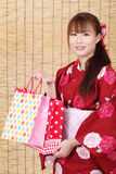 Ung asiatisk kvinna i kimono Arkivfoto