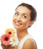 Ung asiatisk kvinna med bukettblommor Royaltyfria Bilder
