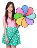 Ung asiatisk kvinna med den färgrika väderkvarnen Arkivfoton