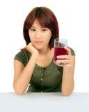 Ung asiatisk kvinna med druvafruktsaft över vit. royaltyfria foton