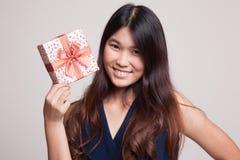 Ung asiatisk kvinna med en gåvaask Fotografering för Bildbyråer