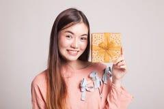 Ung asiatisk kvinna med en gåvaask Arkivbild
