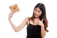 Ung asiatisk kvinna med en gåvaask Arkivfoto