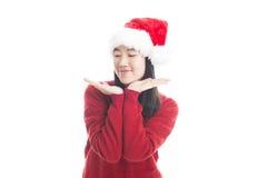 Ung asiatisk kvinna med julhatten som isoleras på vit royaltyfri foto
