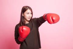 Ung asiatisk kvinna med röda boxninghandskar Fotografering för Bildbyråer