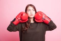 Ung asiatisk kvinna med röda boxninghandskar Arkivbilder