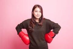 Ung asiatisk kvinna med röda boxninghandskar Royaltyfria Foton