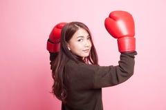 Ung asiatisk kvinna med röda boxninghandskar Arkivfoton