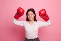 Ung asiatisk kvinna med röda boxninghandskar Royaltyfria Bilder