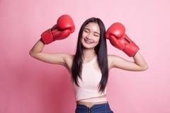 Ung asiatisk kvinna med röda boxninghandskar Arkivbild