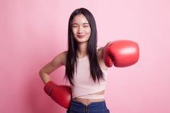 Ung asiatisk kvinna med röda boxninghandskar Royaltyfri Bild