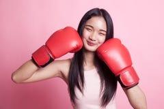 Ung asiatisk kvinna med röda boxninghandskar Royaltyfri Fotografi