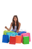 Ung asiatisk kvinna med shoppingpåsar Arkivfoto