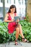 Ung asiatisk kvinna som använder minnestavlaPC Royaltyfri Foto