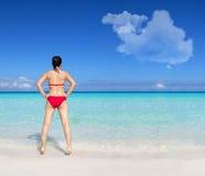 Ung asiatisk kvinna som bär den röda bikinin Arkivfoton