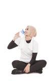 Ung asiatisk kvinna som dricker mineralvatten under avbrott efter arbete Arkivfoto