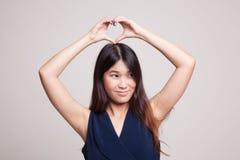 Ung asiatisk kvinna som gör en gest hjärtahandtecknet Royaltyfria Foton