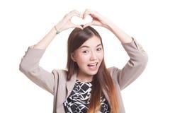 Ung asiatisk kvinna som gör en gest hjärtahandtecknet Royaltyfri Fotografi