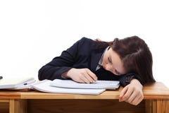 Ung asiatisk kvinna som sovar på skrivbordet. Arkivbild