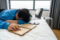 Ung asiatisk kvinna som sover i hotellrum fotografering för bildbyråer