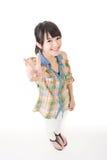 Ung asiatisk kvinna som visar fred- eller segerhandtecknet Arkivbild