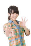 Ung asiatisk kvinna som visar reko gest royaltyfri fotografi