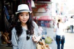Ung asiatisk kvinnahandelsresande i Thailand Arkivfoton