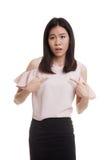 Ung asiatisk kvinnapunkt på henne frågar därför mig Fotografering för Bildbyråer