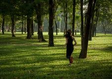 Ung asiatisk kvinnaspring i en parkera Arkivbilder