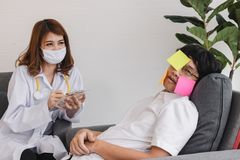 Ung asiatisk kvinnlig doktor med skrivplattan som diagnostiserar den r?relsehindrade ?veranstr?ngde aff?rsmannen royaltyfri bild