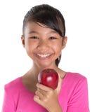 Ung asiatisk malajiska tonåring som äter röda Apple VI Arkivfoton