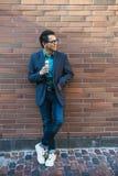 Ung asiatisk man med glass fotografering för bildbyråer