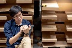 Ung asiatisk man som gör inventering, genom att använda minnestavlan i lager royaltyfria bilder