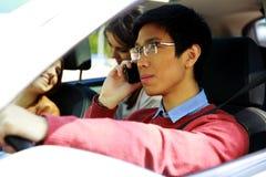Ung asiatisk man som kör bilen Royaltyfri Fotografi