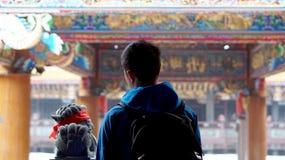 Ung asiatisk manloppfotvandrare på den kinesiska templet Fotografering för Bildbyråer