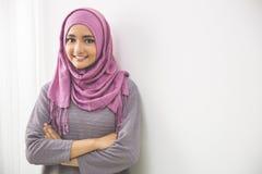 Ung asiatisk muslimkvinna i det head halsdukleendet Arkivbild