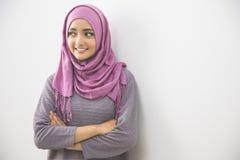 Ung asiatisk muslimkvinna i det head halsdukleendet Arkivfoton
