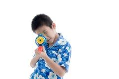 Ung asiatisk pojke med vattenvapnet Fotografering för Bildbyråer