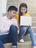 Ung asiatisk pojke och womon av datoren royaltyfria foton