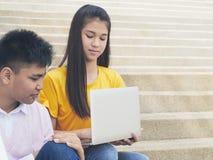 Ung asiatisk pojke och womon av datoren royaltyfri bild